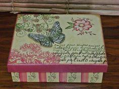 Caixa multiuso sem divisória na técnica scrap decor, com pintura, utilização de diversos carimbos decorativos e borboleta sobreposta. R$ 45,00