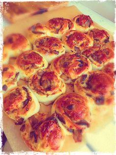 Pizzowe bułeczki drożdżowe z pieczarkami