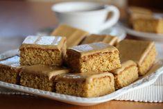 Dette er en stor langpannekake som bakes av mange - og med god grunn, for den er helt utrolig nydelig! Kaken er myk i konsistens og har en deilig karamellsmak. Glasuren smaker av både karamell og kaffe. Tilsammen gjør dette kaken til en av de klare favorittene blant langpannekaker! Oppskrift og foto: Kristine Ilstad/Det søte liv.