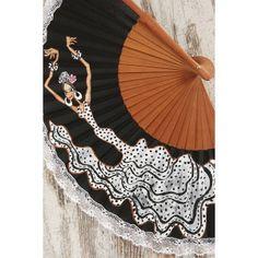 """Para sofocar el calor de la feria y del verano, recomendamos el Abanico Mujer Flamenca nº 4, con vestido de bata de cola en blanco de lunares negros y detalles en negro. Palillería en madera y tela negra pintado a mano, con puntilla de encaje blanco bordeando el exterior. """"Las Marielitas"""" presentan en su colección """"27 lunares"""" a unas flamencas estilosas, elegantes y con mucho arte. Son diseños exclusivos y únicos: en los producto artesanales, no hay nunca dos iguales."""