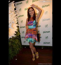 A atriz Maria Casadevall escolheu um vestido colorido e sandálias de salto alto na cor amarelo ovo para o evento