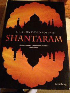 Shantaram är en häftig berättelse om en verklighet långt bort från min egen! Vi får följa med en förrymd fånge i hans nya live i Bombay, både när han lever i slumområdet och när hand arbetar med maffian. En sann historia hör hela berättelsen lite extra spännande!