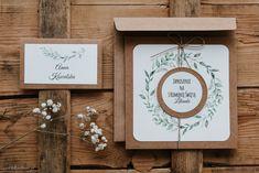 Piękne, eleganckie zaproszenia na chrzest Święty dla najbardziej wymagających klientów wykonane według naszego projektu, dzięki czemu są niepowtarzalne. Zaproszenia wykonane z pięknego, włoskiego, papieru w prążek, ozdobione stylowymi aplikacjami. #zaproszenia #komunia #scrapbooking #rustic First Communion, Place Cards, Wedding Invitations, Card Making, Place Card Holders, How To Make, Crafts, Scrapbooking, Diy