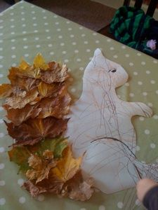 Autumn Art: Big squirrel template, then glue autumn leaves onto the tail. Autumn Crafts, Fall Crafts For Kids, Autumn Art, Nature Crafts, Autumn Theme, Toddler Crafts, Holiday Crafts, Kids Crafts, Art For Kids