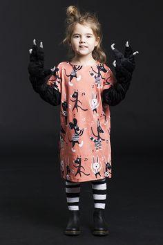 KOOLABAH - SUKIENKA PARTY XL - Impreza urodzinowa dla dzieci, istne szaleństwo, pot leje się z czoła strumieniami od skakania i biegania. Luźna sukienka w formie prostokąta i z krótkimi rękawami z zakładką, rozcięciami po bokach sprawdzi się na taką okazję. Sukienka pozostaje w baśniowych klimatach jak cała najnowsza kolekcja Koolabah. 100% bawełna organiczna.