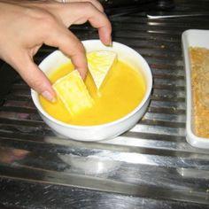 passare il formaggio nell'uovo/ bagnare il formaggio