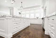 Look for the best and most beautiful kitchen designs to suit your needs and add a trendy look to it. Blend these well for procuring beautiful designs. Hamptons Kitchen, Hamptons Decor, The Hamptons, Beautiful Kitchen Designs, Beautiful Kitchens, Farmhouse Style Furniture, Living Room Orange, Coastal Bedrooms, Coastal Curtains