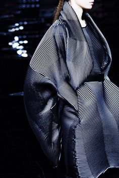 Issey Miyake at Paris Fashion Week Fall 2015 - Details Runway Photos Look Fashion, Fashion Details, Fashion Art, High Fashion, Womens Fashion, Fashion Trends, Issey Miyake, Style Bleu, Mode Style