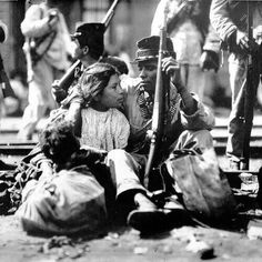 Mexican Revolution of Amor en tiempos revolucionarios: this image is heartbreaking with that little guy at her feet Mexican American, Mexican Art, Mexican Style, American History, Mexican Heritage, Old Pictures, Old Photos, Mexican Revolution, Pancho Villa