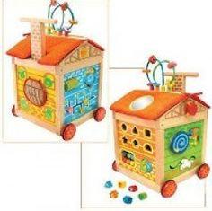 I'm Toy Loopwagen en speelhuis voor het zetten van de eerste stapjes. Lopen en leren is het thema van dit fleurige uitdagende Boerderij speelhuis op wielen met ruim 16 functies. Elke zijde van deze loopwagen heeft verschillende uitdagende speelmogelijkheden. Aan opruimen is ook gedacht, alles kan weer netjes in het speelhuis opgeborgen worden.