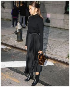 Night flash, the Piega Midi Skirt & Paloma Lucite Purse. Black Pleated Skirt Outfit, Long Skirt Outfits, Midi Skirt Outfit, Winter Skirt Outfit, Long Skirts, Pleated Skirts, Fall Skirts, Outfit Elegantes, Mode Hijab
