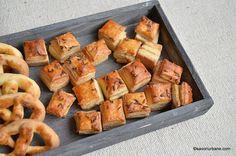reteta saratele cu smantana, branza, unt sau untura - foietate si fragede Romanian Food, Romanian Recipes, Unt, Pretzel Bites, Baked Goods, Sausage, Recipies, Food And Drink, Bread
