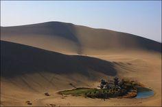 Il lago Crescent nel deserto di Gobi