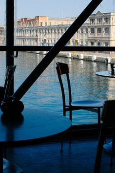 The beautiful Cafe of the Photography Museum overlooking the old customs house. (Walking Thessaloniki, Port- r.01)