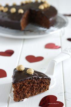 Torta cioccolato, noci e nocciole {con glassa all'acqua al cacao}
