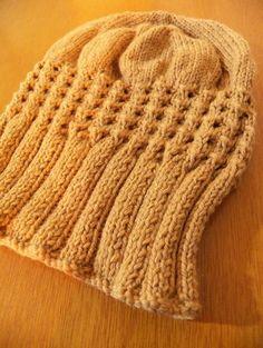 Gorro\Touca em tricot com motivo de estrela em crochet e ponto ajur . Com fio de lã com algodão.
