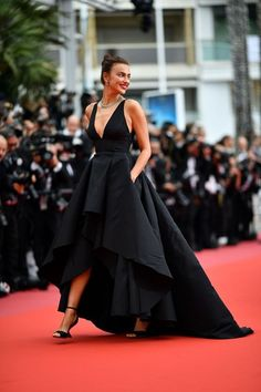 The 2018 Cannes Film Festival red carpet - Black Dresses - Ideas of Black Dresses - Getty Images 9 May Irina Shayk opted for a black gown with tiered skirt glistening green jewellery and Salvatore Ferragamo black satin heels. Gala Dresses, Evening Dresses, Formal Dresses, Gala Gowns, Club Dresses, Wedding Dresses, Pretty Dresses, Beautiful Dresses, Traje A Rigor