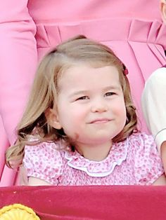 Anualmente a família real inglesa participa da Trooping the Colour, cerimônia que celebra o aniversário da rainha Elizabeth II. Desde 2011 os olhos são voltados para Kate Middleton e este ano foi igual.