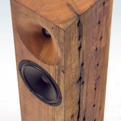 本物の木を使った大木の柱デザインの室内用スピーカー「The Beam Tower Speakers」の紹介