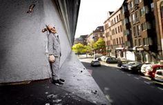 """Isaac Cordal maakt deze miniatuur sculpturen met de titel """"Cement Eclipse"""" en plaats ze in uiteenlopende situaties in de stad"""