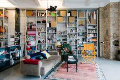 Die Architekten Deborah Nickles und Adam Odgers leben in Berlin in einer alten Salzfabrik mit viel Geschichte. Auch in ihrem Zuhause ist nichts gebaut, um zu bleiben.
