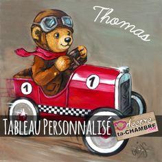 Tableau ourson pilote de course au volant de sa voiture rouge pour la déco de chambre de votre bébé. Pour tous les petits garçons fans de voiture de course et de nounours en peluche.