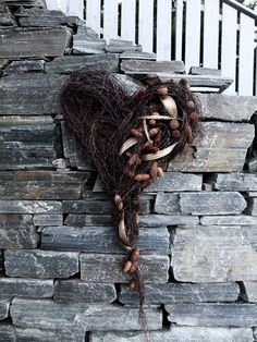 Stort hjerte av hengebjørk – fleurs Lion Sculpture, Wreaths, Statue, Birch, Design, Naturaleza, Flowers, Crafts, Bouquet