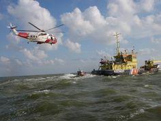 Foto: Reddingsbrigade 't Span: Reddingboot Alida uit Hindelopen en de NOGEPA/Bristow heli naderen het Incident Schip Nieuwe Diep.