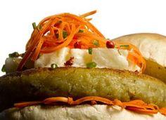"""Tanto uma boa opção para vegetarianos quanto para quem gosta de legumes o <a href=""""http://mdemulher.abril.com.br/culinaria/receitas/receita-de-hamburguer-legumes-molho-agridoce-695261.shtml"""" target=""""_blank"""">hambúrguer com molho agridoce</a> fica bem color"""