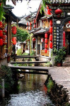 Lijiang, China. Es un sitio del patrimonio mundial, y es una combinación exquisita de la vieja arquitectura sobre arroyos que gotean y maneras del agua en esta Venecia de China.