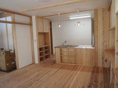 埼玉県川越市で薪ストーブで暮らす子育て世代の2世帯住宅です。2世帯共有のホールを吹き抜けとし薪ストーブを効率よく利用します。 キッチンも気でシンプルに造りました。
