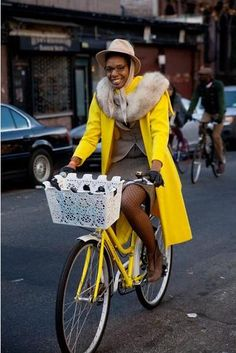 Black woman styling at the Big Apple Tweed bike ride. Afro Punk, Urban Bike, Cycle Chic, Bicycle Girl, Bike Style, Bicycle Design, Vintage Bicycles, In Pantyhose, Bike Life