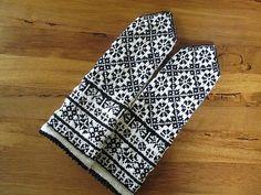 Ravelry: BUHIBUHI's Latvian MIttens #2 Crochet Mittens, Mittens Pattern, Knitted Gloves, Knit Crochet, Knitting Charts, Knitting Socks, Hand Knitting, Knitting Patterns, Knit Socks