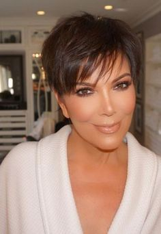 "beautiful makeup my ""old-woman"" inspiration if i can look like her i will be ok Short Thick Wavy Hair, Short Hair Cuts For Women, Short Hair Styles, Kris Jenner Haircut, Kris Jenner Style, Makeup For Moms, Bronde Hair, Cute Short Haircuts, Corte Y Color"