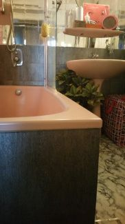 Silver tiles pink tube gamanacasa Own Home, Tiles, Bathtub, Bathroom, Interior, Pink, Bathroom Before After, Bath, Room Tiles