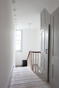 Stunning Victorian terrace house in Islington Beautiful large living room with period features Large windows, fireplaces and lots . Victorian Terrace Interior, Victorian Homes, Edwardian Haus, Victorian Hallway, Edwardian Staircase, Hallway Cupboards, Diy 2019, Grands Salons, Hallway Designs