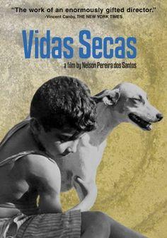 """Vidas Secas (1963), de Nelson Pereira dos Santos. Adaptação do livro de Graciliano Ramos, conta a dura vida de uma família de retirantes  e sua cadela Baleia. Procuram um mínimo de dignidade, como poder dormir numa cama de couro, e vivem """"fugindo no mato que nem bicho"""" para escapar da seca. Feito há mais de 5 décadas, o público hoje pode sofrer com a lentidão e as falas do personagem Fabiano (Átila Iório), que nunca parecem naturais. Concorreu à Palma de Ouro no Festival de Cannes."""