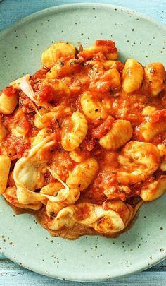 Rezept: Mediterraner Gnocchi Auflauf mit Mozzarella, Kirschtomaten und Basilikum Einfaches italienisches Rezept mit Käse, lecker aus dem Ofen! Schmeckt besonders Kindern! Hellofreshde / Kochen / Essen / Ernährung / Kochbox / Zutaten / Gesund / Schnell / Einfach / DIY / Gericht / Blog / Leicht #gnocchi #auflauf #käse #mozzarella #überbacken #hellofreshde #kochen #essen #zubereiten #zutaten #diy #rezept #kochbox #ernährung #gesund #leicht #schnell #einfach