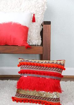 coussin à franges décoré de mini pompons orange/coussin dégradé en blanc et corail décoré de pompons/coussin blanc à froufrous