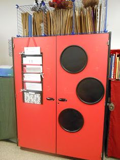 LOVE this idea! Spray painted pizza pans, spray painted black make great little magnetic boards!