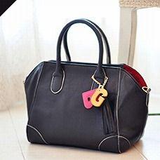 結婚式やお呼ばれの場など、かっちりフォーマルな場でも浮かないブラックのミニサイズ。 (働く女子みんなでつくるGIRLS BAG/Mini ¥9,975)