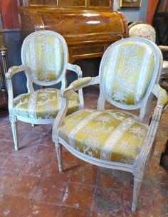 Paire de fauteuils médaillons Louis XVI en bois laqué , Maison Mérouvel Antiquité, Proantic