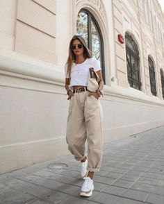 Yeni pantolon trendi slouchy jean modelleri 63 spring outfits for work office style business casual 48 springoutfits outfitideasforwomen Cute Casual Outfits, Retro Outfits, Stylish Outfits, Casual Ootd, Vegas Outfits, Sporty Outfits, Casual Jeans, Looks Street Style, Looks Style