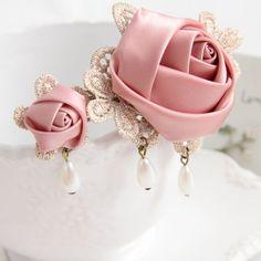 Diy Lace Ribbon Flowers, Fabric Flower Headbands, Kanzashi Flowers, Shabby Flowers, Ribbon Art, Diy Ribbon, Ribbon Bows, Fabric Flowers, Diy Hair Accessories