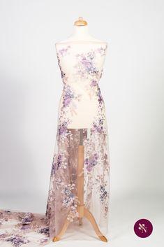 Dantelă cu flori pastelate pe bază din tulle elastic de culoare roz prăfuit. Dantelă cu design floral realizat cu fire lucioase în nuanțe de roz, mov și bej. Modelul dantelei este dispus în coloane șerpuite ideale pentru decupaj. Dantela poate fi utilizată pentru confecționarea rochiilor de ocazie și a altor articole vestimentare. High Low, Pastel, Formal Dresses, Fashion, Embroidery, Dresses For Formal, Moda, Cake, Formal Gowns