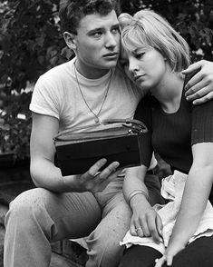 The most beautiful photos from the archives of Johnny Hallyday, with Sylvie Vartan, before his departure for his military service which he must perform in Germany in Offenburg at the Armored Marine Infantry Regiment. Teenage Couples, Young Couples, Johnny Hallyday Sylvie Vartan, Photo Couple, Couple Photos, Johnny Halliday, George Burns, Joining The Military, Vintage Instagram
