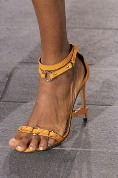David Koma at London Fashion Week Spring 2020 - Details Runway Photos Cute Sandals, Women's Shoes Sandals, Shoe Boots, Pretty Sandals, Shoes Sneakers, Trendy Shoes, Casual Shoes, Sneakers Fashion, Fashion Shoes
