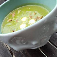 Lowcarb Brokkolisuppe mit Nüssen und Mozzarella
