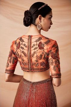 It's wedding season already so put on your lehenga and get ready to start this new year with a bang. Check out the most trendy and stylish blouse designs that you can totally take inspiration from. Stylish Blouse Design, Sari Blouse Designs, Fancy Blouse Designs, Bridal Blouse Designs, Traditional Blouse Designs, Indian Designer Outfits, Indian Outfits, Indian Designers, Trends
