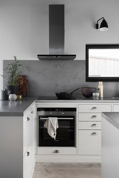 Vackert kök med köksö - Bistro | Ballingslöv Small Space Kitchen, Kitchen Room Design, Interior Design Kitchen, Kitchen Decor, Small U Shaped Kitchens, Kitchen Upgrades, Dream Furniture, Stylish Kitchen, Home Kitchens